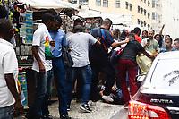 RIO DE JANEIRO, RJ, 06.06.2017 - CRIME-RJ - Jovem é preso em flagrante após roubar celular de um senhor na Praça Mário Lago no Castelo, Centro do Rio de Janeiro, nesta terça-feira, 06. (Foto: Clever Felix/Brazil Photo Press)