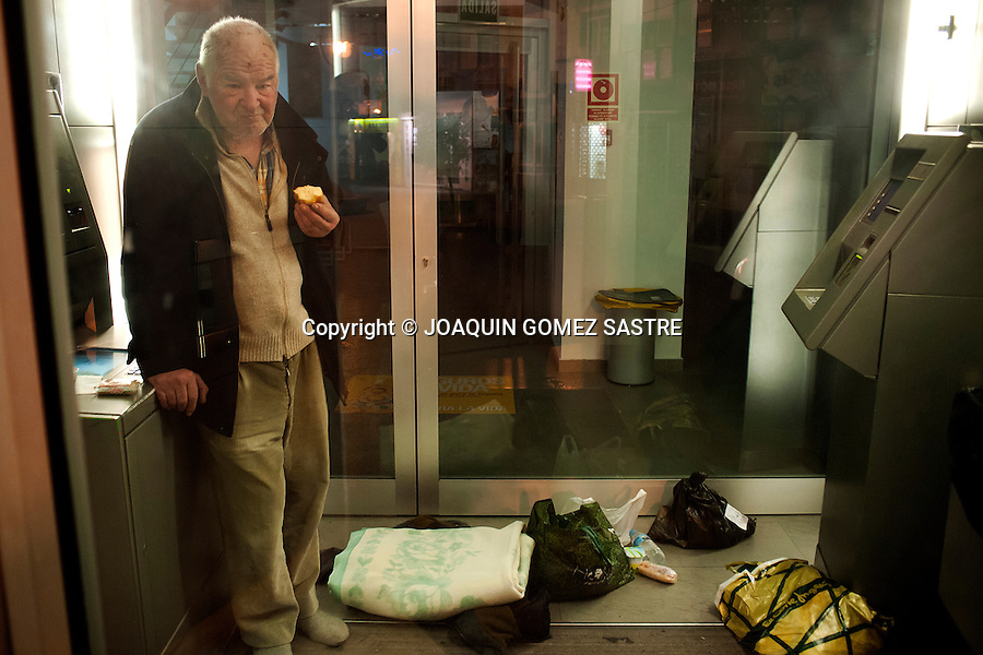 "Francisco eating a bun that have led the campaign volunteers ""cold snap"" in ATM sleeping in Santander (SPAIN).photo © JOAQUIN GOMEZ SASTRE"