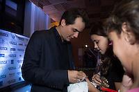 """SAO PAULO, SP, 04 DE MARÇO DE 2013. PRE ESTREIA DO FILME """"A BUSCA"""". O ator Wagner Moura distribui autógrafos para crianças durante a pré estreia do filme """"A Busca"""", no Shopping Iguatemi, na noite desta segunda feira. FOTO: ADRIANA SPACA/ BRAZIL PHOTO PRESS"""