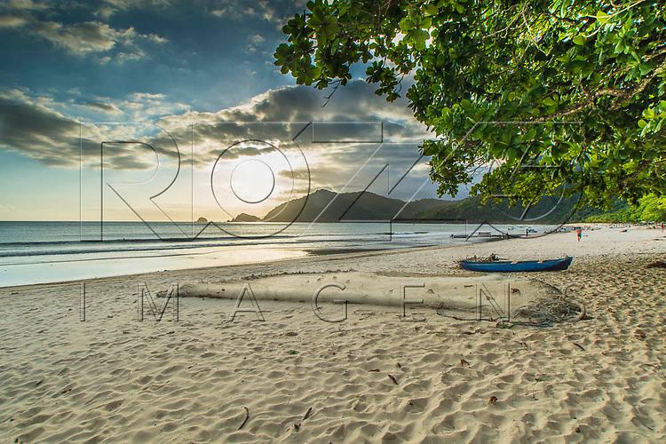 Rede de pesca secando na Praia do Sono, Paraty - RJ, 01/2016.