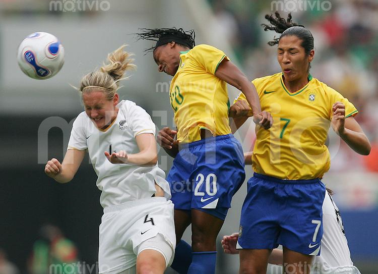Fussball International Frauen WM China 2007  Neuseeland - Brasilien New Zealand - Brazil Katie HOYLE (NZL, l) gegen ESTER (M) und DANIELA (BRA).