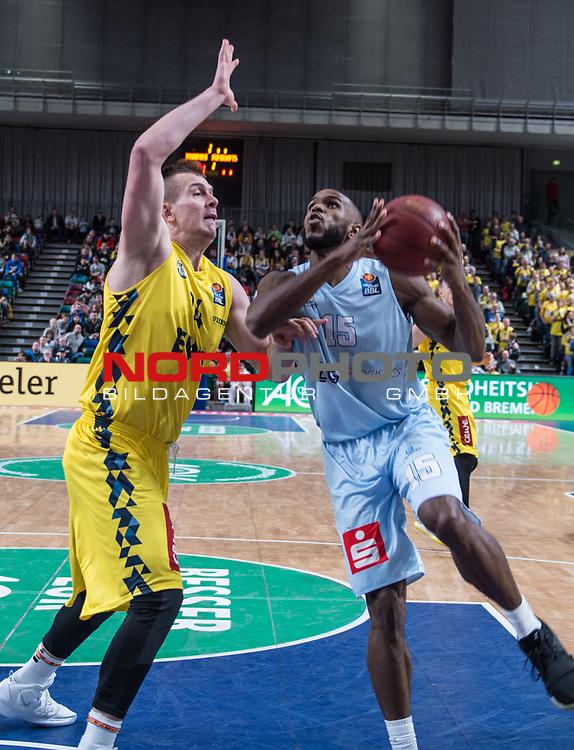 10.02.2019, &Ouml;VB Arena, Bremen, GER, easy Credit-BBL, Eisb&auml;ren Bremerhaven vs EWE Baskets Oldenburg, im Bild<br /> dicht am Gegner..<br /> Darious MOTEN ( Eisb&auml;ren Bremerhaven #15 )<br /> Rasid MAHALBASIC (EWE Baskets Oldenburg #24 )<br /> Foto &copy; nordphoto / Rojahn