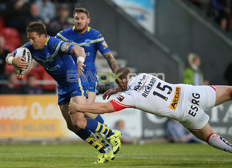 Picture by Paul Currie/SWpix.com - 03/06/2016 - Rugby League - First Utility Super League - St Helens v Warrington Wolves - Langtree Park, St Helens, England - Warrington Wolves' Kurt Gidley evades a tackle from St Helens Greg Richards