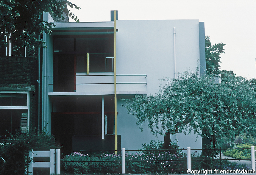 Gerrit Rietveld: Schroder House, Utecht 1924. Street elevation. Photo '87.