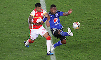 BOGOTA - COLOMBIA - 6-09-2015: Wilson Morelo jugador de Independiente Santa Fe  disputa el balon con  Elkin Blanco de Millonarios     durante partido  por la fecha 10 de la Liga Aguila II 2015 jugado en el estadio Nemesio Camacho El Campin. / Wilson Morelo player of Independiente Santa Fe   fights the ball against Elkin Blanco of Millonarios   during a match for the tenth  date of the Liga Aguila II 2015 played at Nemesio Camacho El Campin stadium in Bogota  city. Photo: VizzorImage / Felipe Caicedo / Staff.