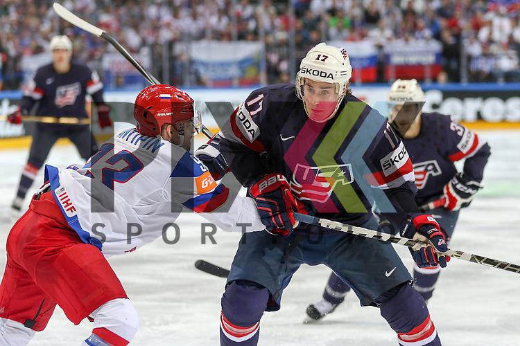 USAs Moore, John JR (Nr.17)(Arizona Coyotes) im Zweikampf mit Russlands Antipin, Viktor (Nr.93)(Metallurg Magnitogorsk)  im Spiel IIHF WC15 Russia vs. USA.<br /> <br /> Foto &copy; P-I-X.org *** Foto ist honorarpflichtig! *** Auf Anfrage in hoeherer Qualitaet/Aufloesung. Belegexemplar erbeten. Veroeffentlichung ausschliesslich fuer journalistisch-publizistische Zwecke. For editorial use only.