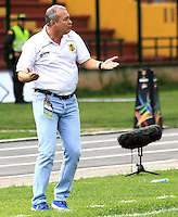FLORIDABLANCA -COLOMBIA, 28-09-2014.  Adolfo Leon Holguin técnico de Alianza Petrolera gesticula durante partido contra Patriotas FC por la fecha 12 de la Liga Postobon II 2014 disputado en el estadio Alvaro Gómez Hurtado de la ciudad de Floridablanca./ Adolfo Leon Holguin coach of Alianza Petrolera gestures during match against Patriotas FC for the 12th date of the Postobon League II 2014 played at Alvaro Gomez Hurtado stadium in Floridablanca city Photo:VizzorImage / Duncan Bustamante / STR