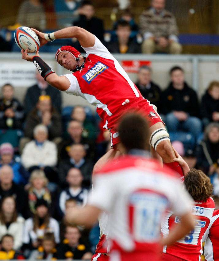 Photo: Richard Lane/Richard Lane Photography..London Wasps v Gloucester Rugby. EDF Energy Cup. 04/11/2007. .Gloucester's Alex Brown catches a restart.