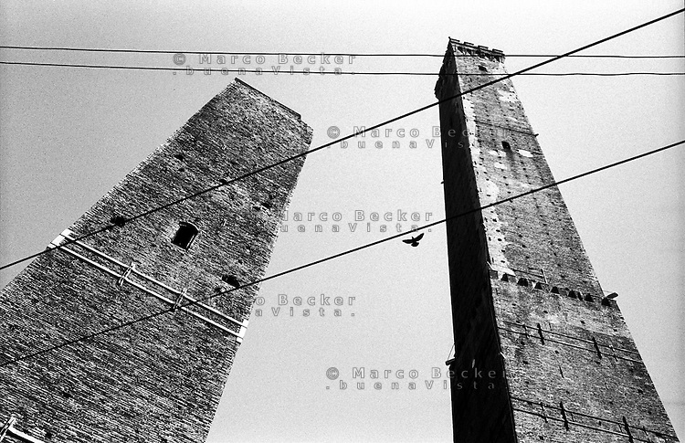 Bologna, le due Torri degli Asinelli e della Garisenda --- Bologna, the Two Towers, the Asinelli and the Garisenda
