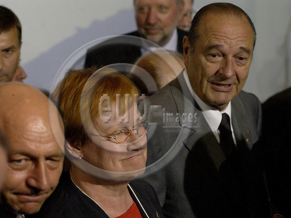 Brussels-Belgium - 16 June 2005---As a traditional event on the European Councils, the Heads of State/Government and their Foreign Ministers pose for a family picture; here, Tarja HALONEN (ce), President of Finland, with Jacques CHIRAC (ri, behind), President of France---Photo: Horst Wagner/eup-images