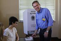 ATENCAO EDITOR IMAGEM EMBARGADA PARA VEICULO INTERNACIONAL- CURITIBA, PR, 07 DE OUTUBRO DE 2012 – ELEIÇÃO – O prefeito de Curitiba, Luciano Ducc (PSB), candidato a reeleição, votou na manhã de domingo (7) no Colégio Sion, no bairro Batel. O candidato da Coligação Curitiba Sempre na Frente (PSB, PSDB, PPS, DEM, PP, PSD, PTB, PRB, PSL, PTN, PSDC, PHS, PMN, PTC e PRB) é o segundo colocado nas pesquisas eleitorais. (FOTO: ROBERTO DZIURA JR./ BRAZIL PHOTO PRESS)