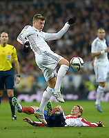MADRID - ESPAÑA - 15-01-2015: Kroos (Izq.) jugador de Real Madrid, disputa el balon con Fernando Torres (Der.) jugador de Atlético de Madrid durante partido de La Copa del Rey, Real Madrid  y Atlético de Madrid en el estadio Santiago Bernabeu de la ciudad de Madrid, España. / Kroos (L) player of Real Madrid vies for the ball with Fernando Torres (R) player of Atlético de Madrid, during a match between Real Madrid and Atlético de Madrid for the La Copa del Rey in the Santiago Bernabeu stadium in Madrid, Spain  Photo: Asnerp / Patricio Realpe / VizzorImage.