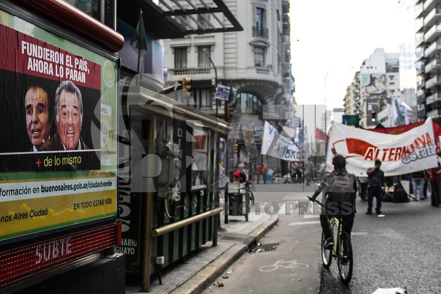 BUENOS AIRES, 10.04.2014 -  Grupo de manifestantes cortam avenidas e ruas no centro da cidade como parte da greve geral convocada nesta quinta-feira por organizações sindicais que reclamam da política económica do governo de Cristina Kirchner. (Foto: Néstor J. Beremblum / Brazil Photo Press)