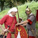 Europa, DEU, Deutschland, Nordrhein Westfalen, NRW, Rheinland, Niederrhein, Xanten, Archaeologisches Experiment, Roemermarsch der Legio XV Primigenia, Bergkamen nach Xanten, Lager am Fuerstenberg, Mit dem Experiment - Iter Romanum MMVIII - dem Roemermarsch 2008 - versuchte die Legio , den Marsch roemischer Legionaere mit all seinen Strapazen originalgetreu nachzuvollziehen. Die Roemer haben diesen Weg der Lippe entlang bereits zu Neros Zeiten bewaeltigt. Auf groeßtmoegliche Authentizitaet wurde sehr viel Wert gelegt. Mit zwei mitgefuehrten Maultieren wurden originalgetreue Ausruestungsgegenstaende wie Zelte, Muehlen und Werkzeuge transportiert. Nahrung, die aus roemischer Zeit ueberliefert ist, wurde ueber offenem Feuer gekocht. Kleidung, Ruestung und Bewaffnung sind anhand von Funden und historischen Quellen reproduziert worden. Mit Marschgepaeck hatten die Akteure ein Gewicht von insgesamt ueber 43 kg zu tragen. , Kategorien und Themen, Historisch, History, Historie, Geschichte, Historische Fotografie, Zeitdokumente, Zeitgeschichte, Geschichtliches, Archaeologie, Archaeologisch, Archaeologisches, Menschen, Personen, Leute, Menschenfotografie, People, Menschenfotos......[Fuer die Nutzung gelten die jeweils gueltigen Allgemeinen Liefer-und Geschaeftsbedingungen. Nutzung nur gegen Verwendungsmeldung und Nachweis. Download der AGB unter http://www.image-box.com oder werden auf Anfrage zugesendet. Freigabe ist vorher erforderlich. Jede Nutzung des Fotos ist honorarpflichtig gemaess derzeit gueltiger MFM Liste - Kontakt, Uwe Schmid-Fotografie, Duisburg, Tel. (+49).2065.677997, ..archiv@image-box.com, www.image-box.com]