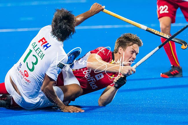 BHUBANESWAR (INDIA) - Tom Boon (Belgie) met Muhammad Irfan Jr.(Pak)  tijdens Belgie-Pakistan bij het WK Hockey heren.    COPYRIGHT KOEN SUYK
