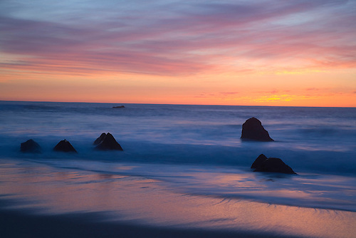 THE SUN SETS ALONG THE PACIFIC COASTLINE AT GARAPATA STATE PARK NEAR BIG SUR, CALIFORNIA