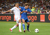 FUSSBALL  EUROPAMEISTERSCHAFT 2012   VIERTELFINALE England - Italien                     24.06.2012 Theo Walcott (li, England) gegen Alessandro Diamanti (re, Italien)