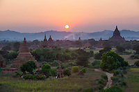 Myanmar (Burma), Mandalay-Division, Bagan: Sunset over the Bagan temples, built between the 11th and 13th centuries | Myanmar (Birma), Mandalay-Division, Bagan: Sonnenuntergang ueber den Bagan Tempeln, die zwischen dem 11. und 13. Jahrhundert erbaut wurden