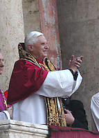 Roma, Città del Vaticano, 19-4-2005: il nuovo Papa si affaccia dalla finestra centrale della facciata della Basilica di San Pietro per benedire i fedeli. Joseph Ratzinger ha scelto di chiamarsi Benedetto XVI.<br /> <br /> <br /> <br /> Rome, Vatican City, 19-4-2005: the new Pope appears at the central window of the façade of Saint Peter's Basilica to bless the faithfuls. Joseph Ratzinger  has chosen to be called Benedict XVI.<br /> <br /> <br /> <br /> © Riccardo De Luca