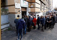 Lunga fila di simpatizzanti del centrosinistra davanti all'ingresso di un circolo del Partito Democratico, in occasione delle elezioni primarie per la scelta del nuovo segretario, a Roma, 8 dicembre 2013.<br /> Center-left sympathizers line up in a queue outside of a Democratic Party's circle on the occasion of the primary elections to choose the new leader, in Rome, 8 December 2013.<br /> UPDATE IMAGES PRESS/Riccardo De Luca