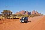 Les Monts Olgas ou Kata Tjuta, célèbre site à 20 km d'Uluru.Piste partant vers l'ouest jusqu'à Kalgoorlie en Australie occidentale. A1500 km des Olgas.