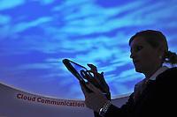 """HAN115. HANNOVER (ALEMANIA), 28/02/2011.- Una mujer trabaja con su iPad bajo la proyección de un cielo nublado durante la fería de tecnología CEBIT que se celebra en Hanover, Alemania, el 28 de febrero de 2011. El llamado """"Cloud Computing"""" -la nube informática- es el centro de la edición de la CEBIT de este año. EFE/Jochen Luebke"""