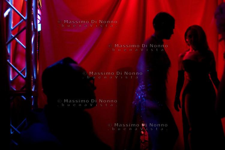 Milano: ragazze nel retropalco prima dello spettacolo di burlesque