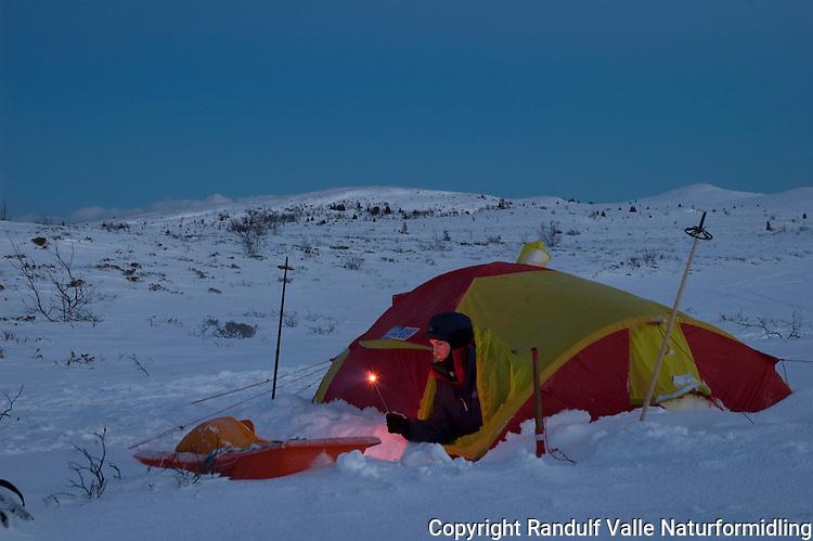 Jente i teltåpning med stjerneskudd nyttårsaften ---- Girl celebrating new year in a tent