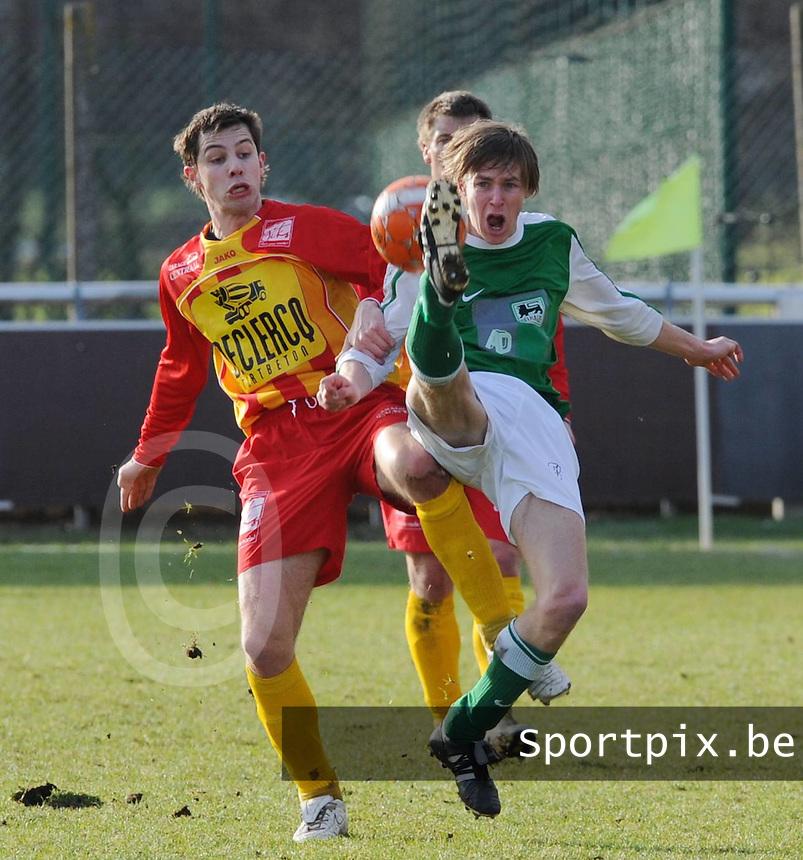 Racing Waregem - Torhout KM..duel tussen Kim Van Brabander (links) en Klaas Devriendt (rechts)..foto VDB / BART VANDENBROUCKE