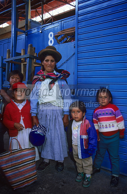 Amérique/Amérique du Sud/Pérou/ Urubamba: Famille indienne  sur le marché