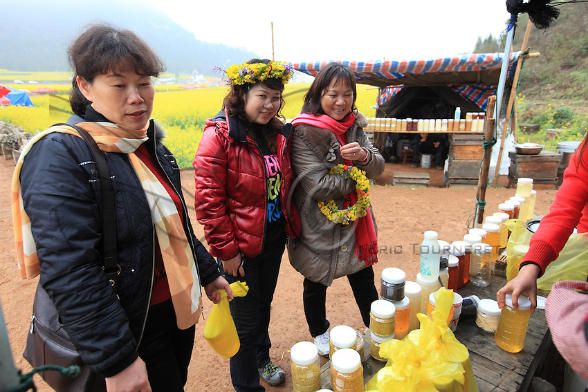 At a beekeeper's stand, tourists buy kilos of honey. Honey is an appreciated gift for the Chinese and some rare honeys sell for a fortune in the chic shops of the big cities.