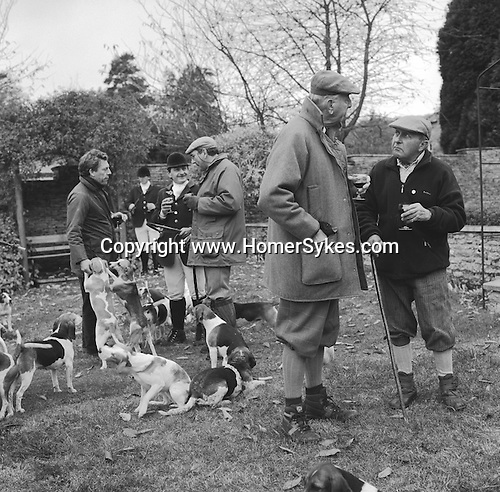 The Dummer Beagles.A lawn meet at Manor Farm, Icomb, Gloucestershire. Its a very social occasion with the host providing ample refreshment..Hunting with Hounds / Mansion Editions (isbn 0-9542233-1-4) copyright Homer Sykes. +44 (0) 20-8542-7083. < www.mansioneditions.com >..