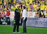 Fussball Bundesliga Saison 2011/2012 8. Spieltag Borussia Dortmund - FC Augsburg V.l.: Trainer Juergen KLOPP (BVB) im Streitgespraech mit Manager Andreas RETTIG (Augsburg).