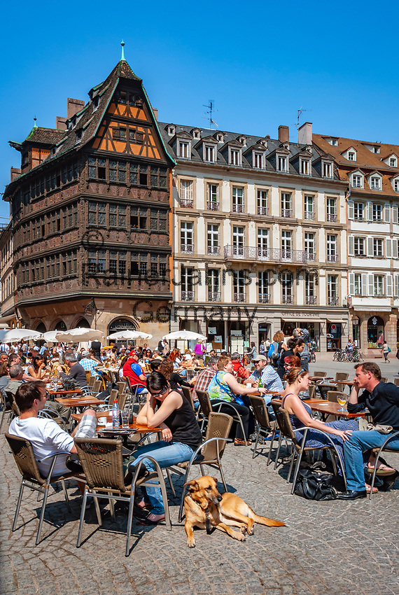 France, Alsace, Department Bas-Rhin, Strasbourg: cafes at Cathedral Square with Kammerzell House | Frankreich, Elsass, Départements Bas-Rhin, Strassburg: Cafes auf dem Muensterplatz mit dem Kammerzellhaus