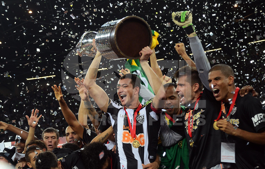 Rever, captain of Brazil's Atletico Mineiro, lifts the trophey of Libertadores Cup after the final match against Paraguay's Olimpia, at Mineirao Stadium, in Belo Horizonte, southeastern Brazil, on July 24, 2013. After winning 2-0 in 90 minutes and drawing 0-0 in extratime, Atletico scored 4-3 in penalty shootout and won the title. (FOTO: ALAN MORICI / BRAZIL PHOTO PRESS).