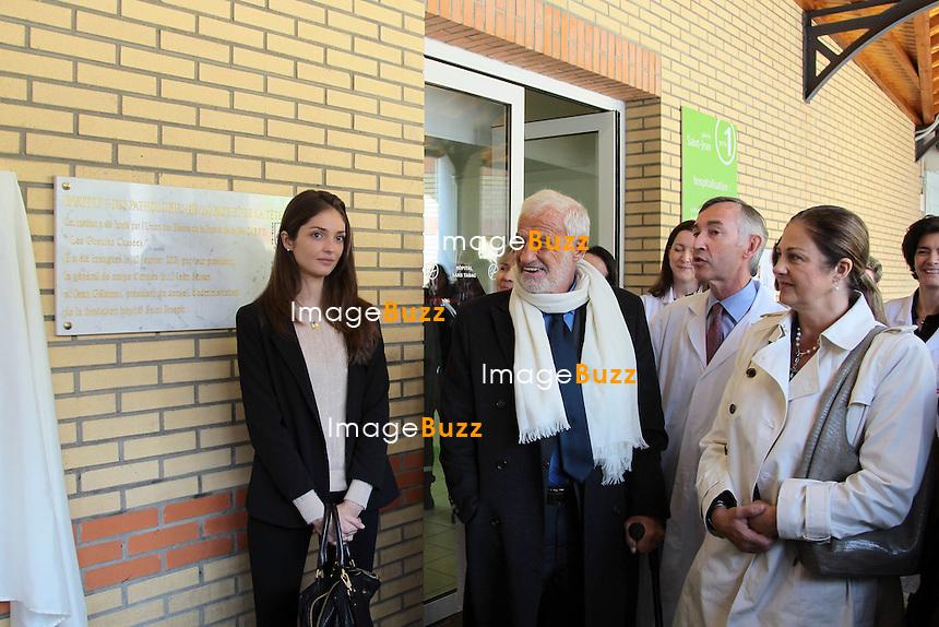 JEAN-PAUL BELMONDO FETE SES 80 ANS - Jean-Paul Belmondo fête ses 80 ans en inaugurant la plaque qui porte son nom, à l'hôpital Saint Joseph à Paris, l'institut de la cicatrisation, en présence de sa fille Florence et de sa petite fille Annabelle, ainsi que du professeur Priolet. Paris, 9 avril 2013.