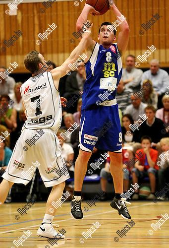 2009-04-19 / Basketbal / Sint-Jan - Hasselt / Martijn Hendrix probeert Witse Van Schil (Sint-Jan) te stoppen...Foto: Maarten Straetemans (SMB)
