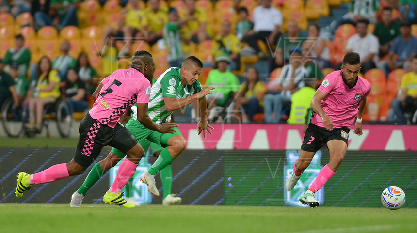 MEDELLÍN - COLOMBIA ,30-09-2018:Juan Pablo Ramirez (Izq.) jugador del Atlético Nacional disputa el balón conJaime Ayala(Der.) jugador del Boyacá Chicó durante partido por la fecha 12 de la Liga Águila II 2018 jugado en el estadio Atanasio Girardot de la ciudad de Medellín. / Juan Pablo Ramirez (L) player of Atletico Nacional fights for the ball with Jaime Ayala (R) player of Boyaca Chico during the match for the date 12 of the Liga Aguila II 2018 played at the Atanasio Girardot  Stadium in Medellin  city. Photo: VizzorImage /León Monsalve / Contribuidor.