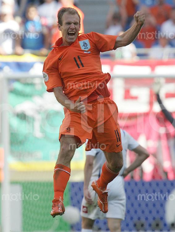 Fussball WM 2006l Gruppenspiel Vorrunde in Leipzig: Serbien Montenegro - Holland, Serbia and Montenegro - Netherlands Hollands Torschuetze zum 0:1 Arjen Robben jubelt nach dem Sieg.