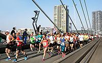 Nederland   Rotterdam  2017 04 09. De Marathon van Rotterdam. Lopers op de Erasmusbrug.   Berlinda van Dam / Hollandse Hoogte