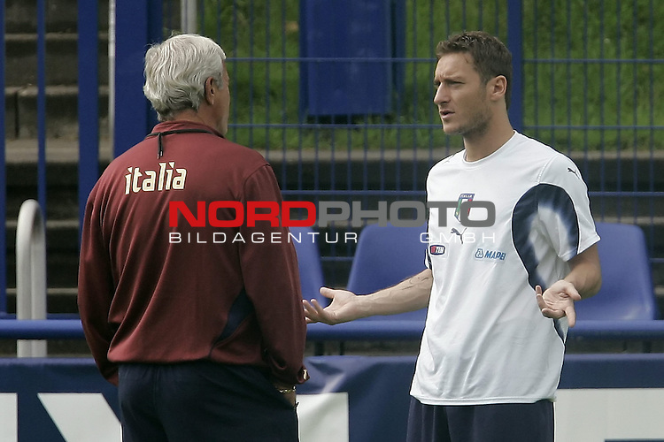 Italy National Football Team Training Camp Duisburg <br /> Italienische Nationalmannschaft Trainingslager in Duisburg<br /> <br /> <br /> TOTTI Francesco # 10 mit Trainer Coach Marcello Lippi<br /> <br /> <br /> Foto: nordphoto