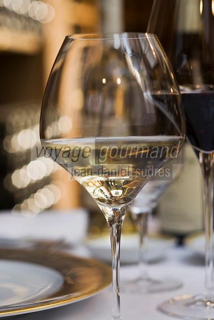 """Europe/France/Ile de France/75008/Paris: Verre de vin blanc Accord mets vins  au  Restaurant """"le Cinq"""" à l'Hotel  Four Seasons Georges V"""