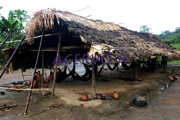 Comunidade  dos &iacute;ndios Zo&eacute;'s. <br /> Oriximin&aacute;, Par&aacute;, Brasil.<br /> Foto Beto Barata<br /> 06/2009<br /> <br /> Os Zo'&eacute; habitam uma faixa de terra firme, cortada por pequenos igarap&eacute;s afluentes de dois grandes rios, o Cuminapanema e o Erepecuru, no munic&iacute;pio de Oriximin&aacute;, norte do Par&aacute;. Trata-se de uma regi&atilde;o montanhosa de grandes castanhais, que apresenta maximiza&ccedil;&atilde;o dos recursos de subsist&ecirc;ncia. Al&eacute;m da mandioca, que corresponde a cerca de 90% da &aacute;rea plantada da ro&ccedil;a, a castanha-do-par&aacute; &eacute; o produto mais consumido pelos &iacute;ndios, que utilizam tamb&eacute;m a casca e a entrecasca para confeccionar a maioria de seus artefatos. O territ&oacute;rio ocupado pelos &iacute;ndios &eacute; entrecortado por pequenos igarap&eacute;s, onde realizam pescarias com timb&oacute;. A relativa escassez de recursos faun&iacute;sticos nessa zona de ocupa&ccedil;&atilde;o resulta do longo tempo de perman&ecirc;ncia das aldeias e, portanto, do esgotamento da ca&ccedil;a. A &aacute;rea habitada corresponde &agrave; uma zona de &quot;ref&uacute;gio&quot;, onde os Zo'&eacute; mantiveram-se isolados dos brancos, que conheciam atrav&eacute;s de contatos intermitentes h&aacute; v&aacute;rias d&eacute;cadas, e de outros povos ind&iacute;genas vizinhos, que consideram inimigos.<br /> Os Zo'&eacute; aceitaram a conviv&ecirc;ncia pac&iacute;fica com os brancos em 1987. Quatro anos depois, estima-se que tenham morrido 45 indiv&iacute;duos por epidemias de mal&aacute;ria e gripe. Em 1991, eram 133; seis anos depois, os Zo&acute;&eacute; iniciam um processo de recupera&ccedil;&atilde;o demogr&aacute;fica e a popula&ccedil;&atilde;o cresce chegando a 152 pessoas.