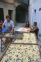 """Europe/Italie/La Pouille/Bari: Scène de rue les femmes préparent des pates pour le restaurant """"La Credenza"""""""