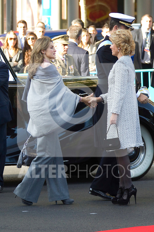 MADRID (12/10/2010).- Princess Letizia, Prince Felipe, Princess Elena, Princess Cristina and Inaki Urdangarin, King Juan Carlos and Queen Sofia attend the military parade at Spain`s National Day in Madrid. Pictured Princess Letizia and Esperanza Aguirre...Photo: Cesar Cebolla / ALFAQUI
