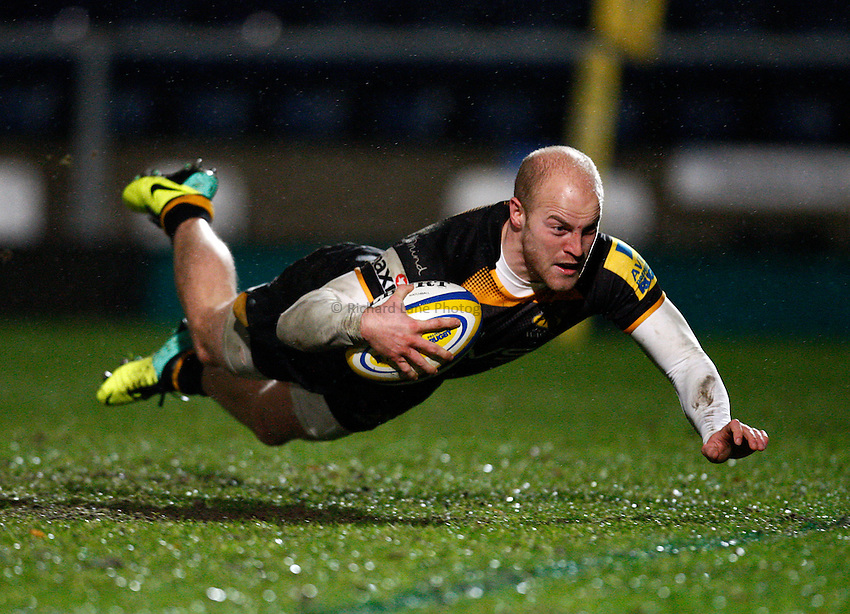 Photo: Richard Lane/Richard Lane Photography. London Wasps v Exeter Chiefs. Aviva Premiership. 05/01/2014. Wasps' Joe Simpson dives in for a try.