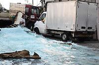 SAO PAULO, SP, 04 DEZEMBRO 2012 - TOMBAMENTO CAMINHÃO COM VIDROS - Carga de vidros de um caminhão que foi derrubada na Rua Santa Cruz do Rio Pardo, na Cidade Ademar. (FOTO: ADRIANO LIMA / BRAZIL PHOTO PRESS).