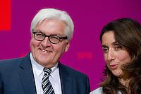 Berlin, die zuk&uuml;nftigen Bundesminister der SPD in der Gro&szlig;en Koalition Frank-Walter Steinmeier und Aydan &Ouml;zoguz stehen am Sonntag (15.12.13) im Willy-Brandt-Haus bei einer Pressekonferenz.<br /> Foto: Steffi Loos/CommonLens