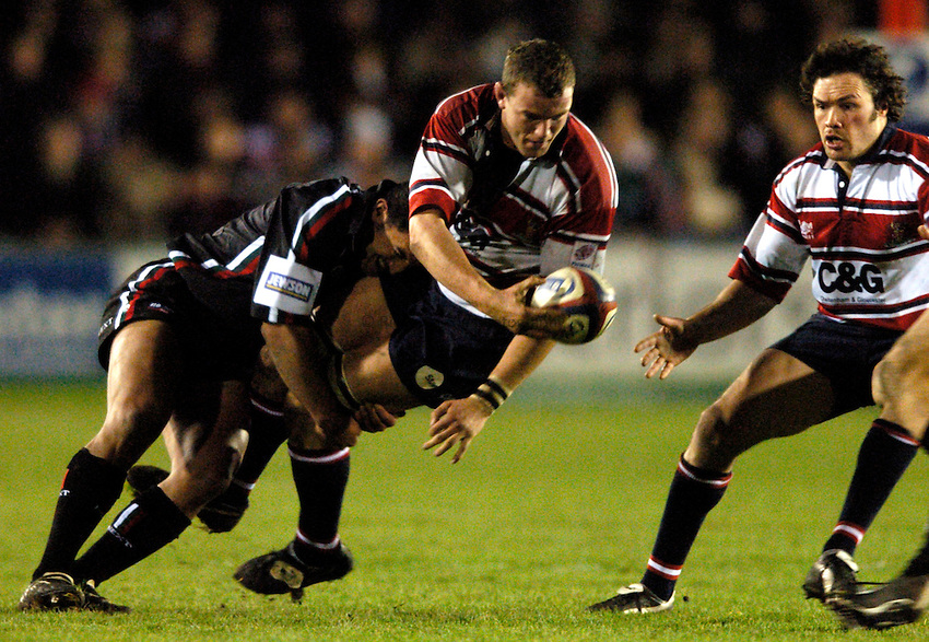 Photo. Richard Lane..Gloucester v Leciester Tigers. Zurich Premiership.  02/01/2005..Adam Eustace gets the ball to Nathan Muger in the tackle.