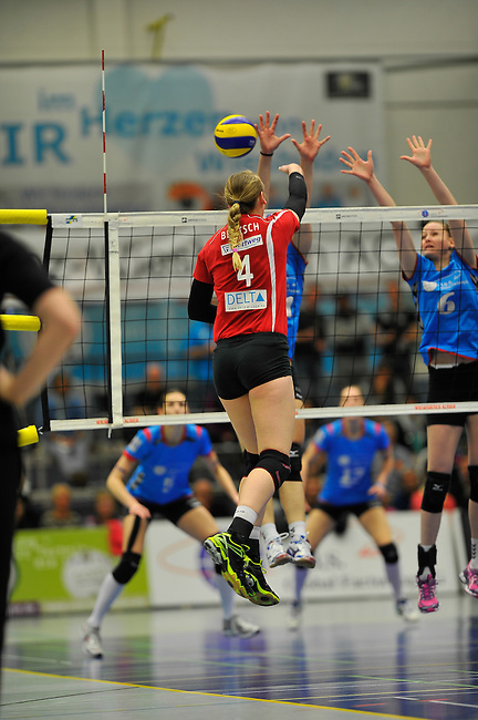 WIESBADEN, DEUTSCHLAND - MAERZ 12: 20. Spieltag in der Deutschen Volleyball Bundesliga (DVL) der Damen. Begegnung zwischen dem VC Wiesbaden (hellblau) und den Roten Raben Vilsbiburg (rot) am 12. Maerz 2014 in der Sporthalle Am 2. Ring in Wiesbaden, Deutschland. Endstand 2-3. (Photo by Dirk Markgraf / www.265-images.com) *** Local caption *** Michelle Bartsch (#4) von den Roten Raben Vilsbiburg